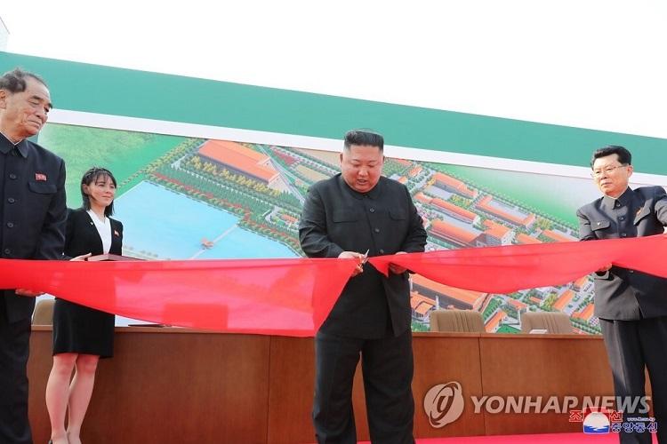 Photo of كوريا الديمقراطية: كيم جونغ أون يدشن مصنعاً للأسمدة ويفنّد إشاعات مرضه