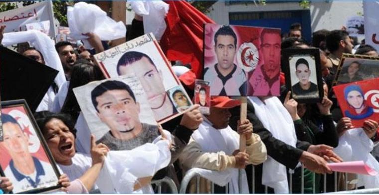 Photo of عائلات الشهداء وجرحى الثورة تستنكر عدم نشر القائمة الرسميّة بالرائد الرسمي..